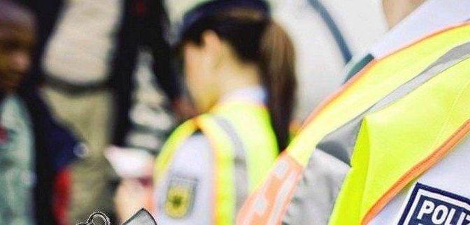 Bayerische Polizei – Mit Sattelzug beim Zoll vorgefahren – Auflieger mit Loch im Dach – Zwei Asylsuchende reisten auf verplombter Ladeflächemit