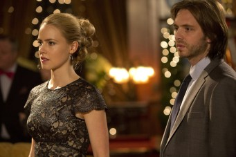"""12 MONKEYS -- """"Pilot"""" -- Pictured: (l-r) Amanda Schull as Cassandra Railly, Aaron Stanford as James Cole -- (Photo by: Alicia Gbur/Syfy)"""
