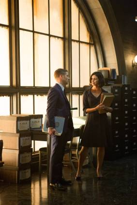 """GOTHAM: Dr. Leslie Thompkins (guest star Morena Baccarin, R) visits Detective James Gordon (Ben McKenzie, L) at the GCPD precinct in the """"The Scarecrow"""" episode of GOTHAM airing Monday, Feb. 9 (8:00-9:00 PM ET/PT) on FOX. ©2015 Fox Broadcasting Co. Cr: Jessica Miglio/FOX"""