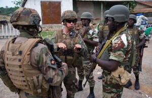 Mercredi 2 avril 2014, une patrouille mixte entre la section blanc 3 du GTIA Dragon et la MISCA Camerounaise s'est déroulée dans le quartier de l'indépendance à Bouar. Le but de cette patrouille était de s'assurer du calme présent en ville, de montrer la présence de la Force, et d'appuyer la MISCA dans sa mission de contrôle de zone. Le chef de section de blanc 3 explique le fonctionnement de sa patrouille au chef de section camerounais.