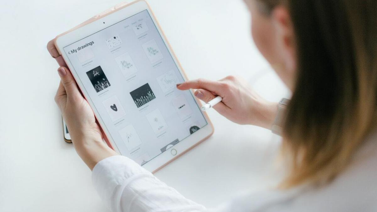 Should Startups Hire Or Outsource App Design?