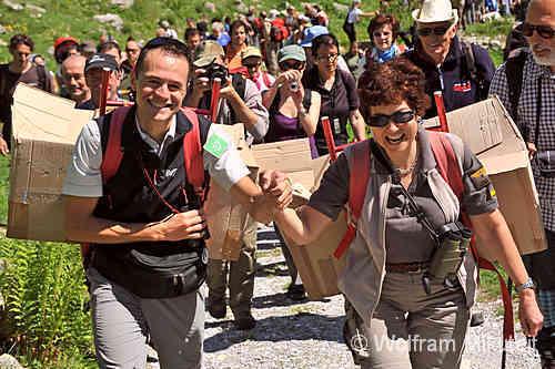 Bartgeier, getragen von Patrizia Rossi und Pierre Commenville