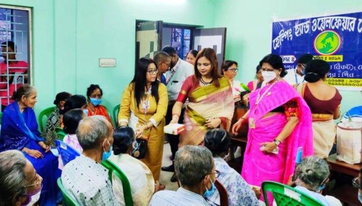 গোলাপ ফুল আর মাস্ক দিয়ে সচেতনতার নববর্ষ উদযাপন - West Bengal News 24