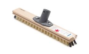 En skurekost med skaft er effektiv for å få vekk hår fra tepper