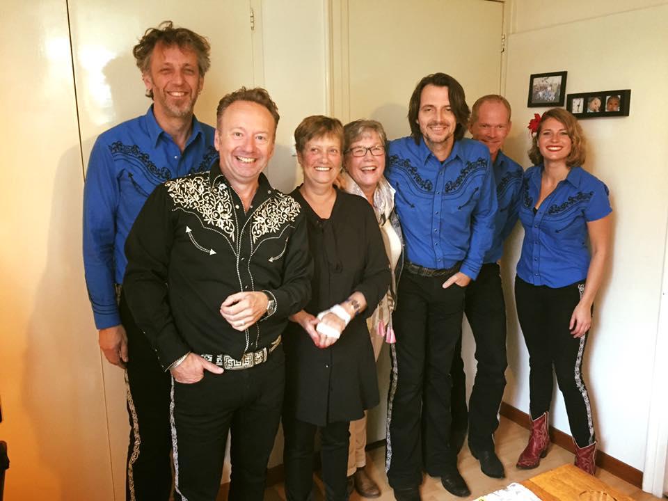 Annelies Kampschreur verrast met serenade door Joris Linssen en band