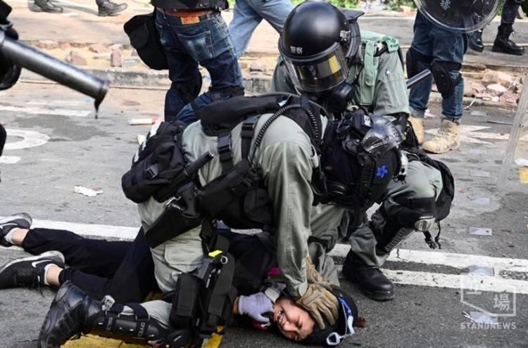 警察和中大商討後退後,突然反口追捕學生。(圖片來源:立場新聞)