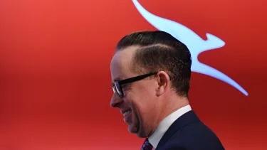 """Alan Joyce, CEO di Qantas Group, ha dichiarato: """"Negli ultimi anni abbiamo notevolmente rafforzato il nostro bilancio e ora siamo in grado di attingere a tale forza in circostanze eccezionali. Tutto ciò che stiamo facendo in questo momento è focalizzato sulla garanzia del futuro a lungo termine del vettore nazionale, inclusa la garanzia che i nostri dipendenti abbiano un lavoro a cui tornare quando avremo di nuovo un lavoro per loro """"."""