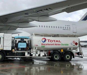 """Parigi, 18 maggio 2021 - Air France-KLM, Total, Groupe ADP e Airbus hanno unito le forze per realizzare il primo volo a lungo raggio con carburante per aviazione sostenibile (1), o SAF ("""" Sustainable Aviation Fuel """"), prodotto in Francia . Il volo 342 di Air France è decollato oggi alle 15:40 dal Terminal 2E dell'aeroporto di Parigi-Charles de Gaulle a Montreal (Canada), trasportando per la prima volta nei suoi serbatoi carburante per aria sostenibile prodotto da Total nei suoi stabilimenti francesi."""