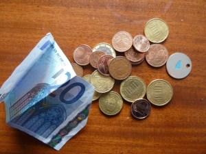 Spontaner Kassensturz: In meiner Börse befinden sich gerade 23,36 Euro. Ein Schein und 19 Münzen. Letztere wurden alle in Deutschland geprägt. Nur eine Münze stammt aus dem Ausland. Fotos: Nissen.