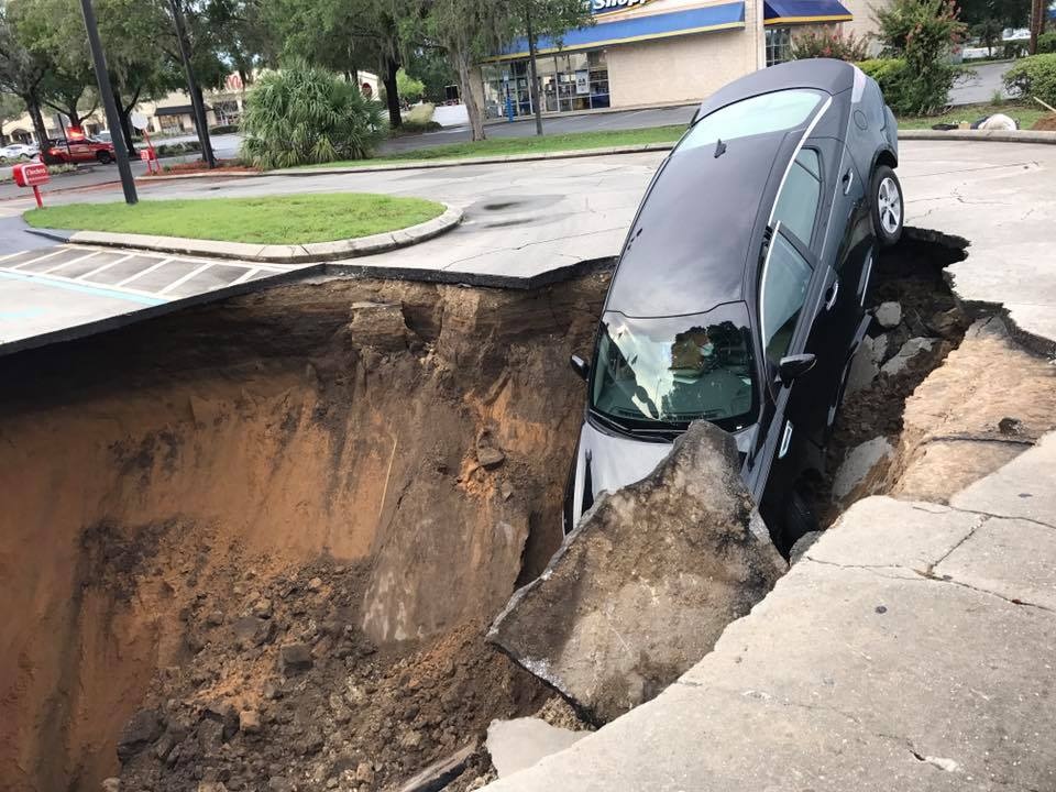car sinkhole 3_382033