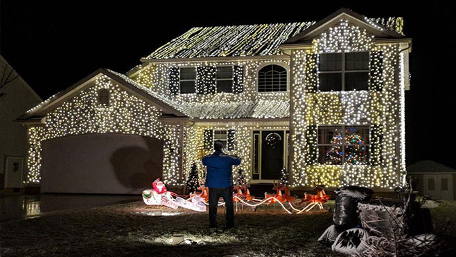 One Story House Christmas Lights.Ohio Home Pays Tribute To Clark Griswold Raises Money For