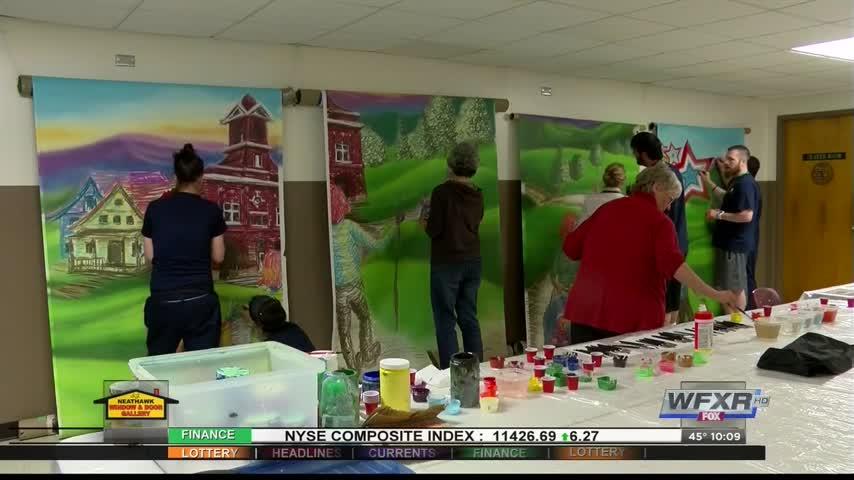 Neighbors help paint Roanoke mural_21424420