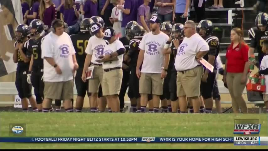 Football team- fans honor player battling cancer_70013030