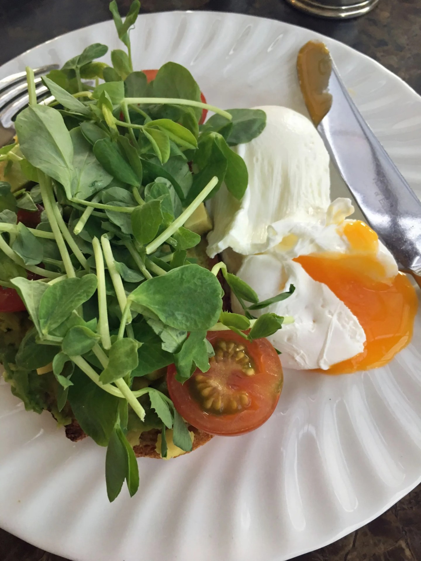 what-lizzy-loves-photo-shoot-bettys-harlow-carr-harrogate-poached-eggs-avocado-toast
