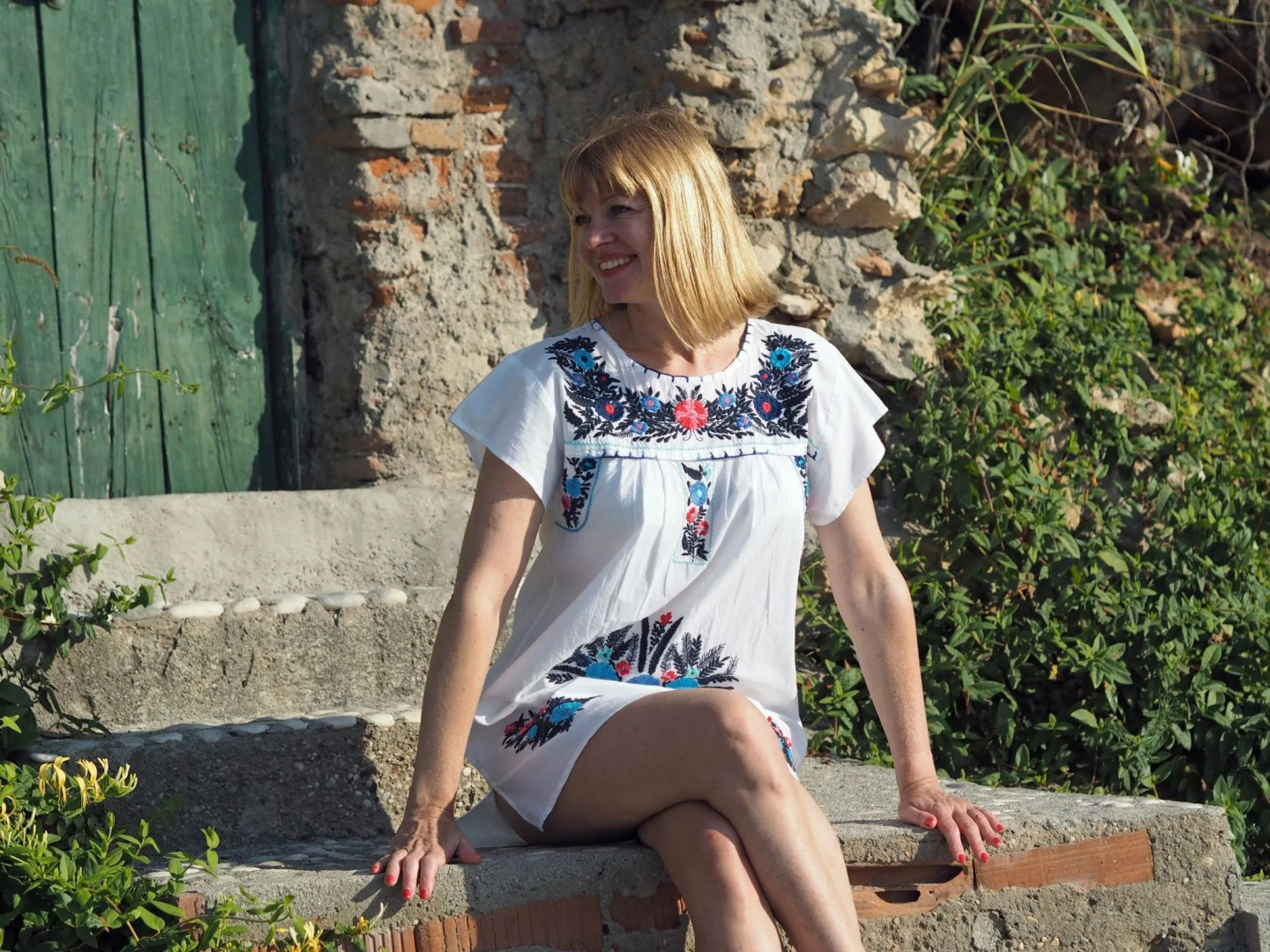 what-lizzy-loves-holiday-outfits-holidayoutfits-white-embroidered-beach-dress-nerja-beach-green-door
