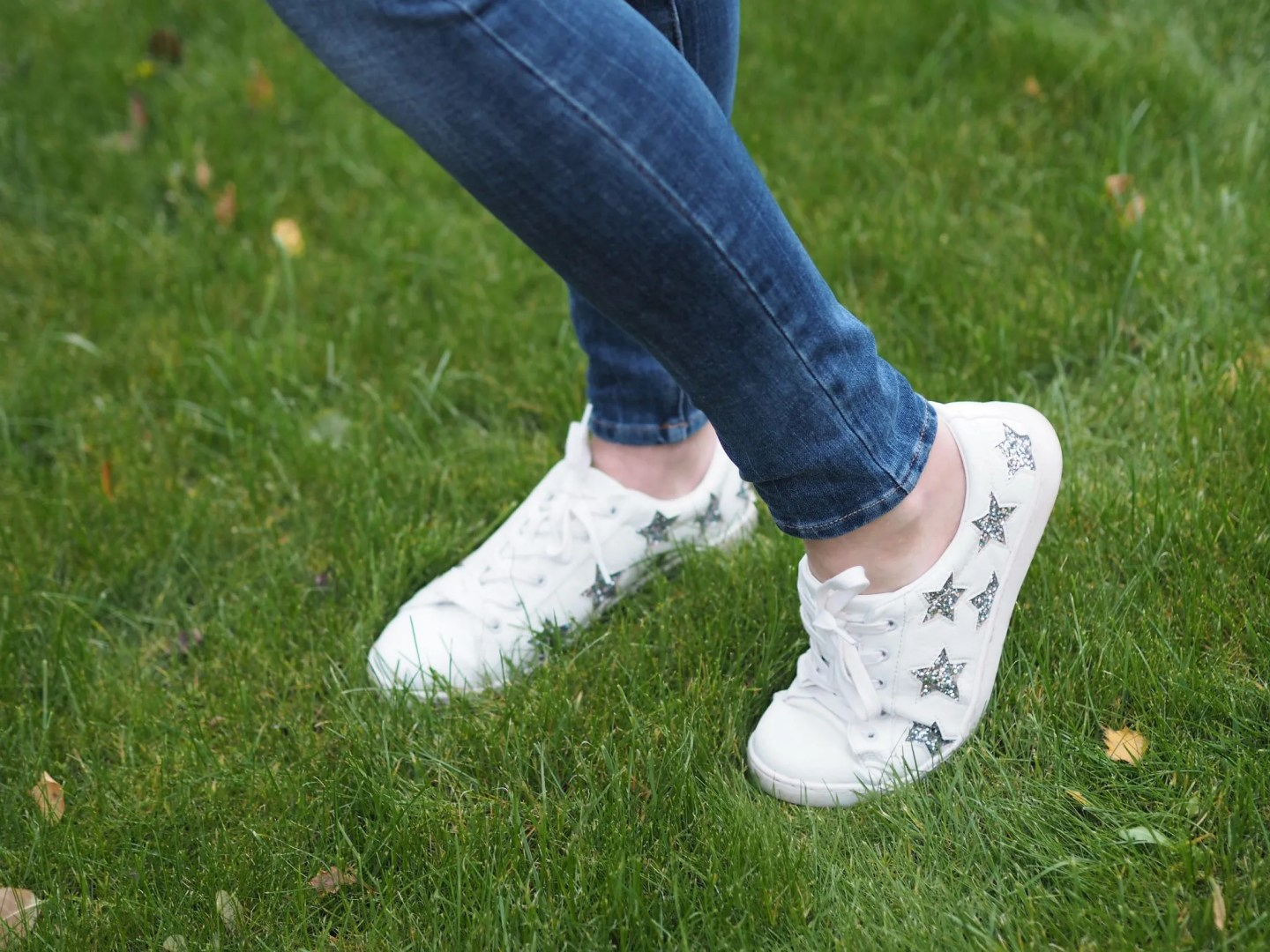 what lizzy loves autumn outfit white sparkly star trainers scarf