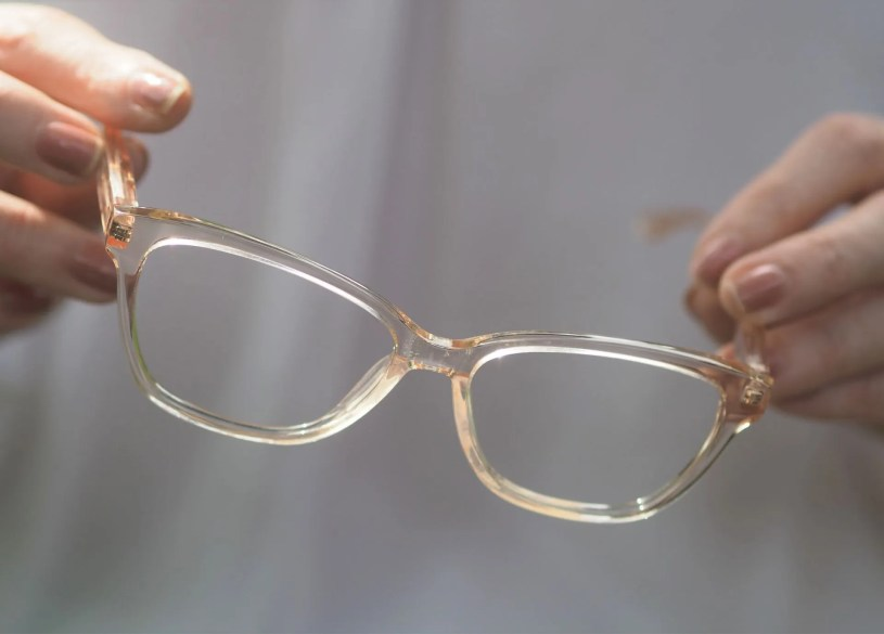 how to style transparent eyewear