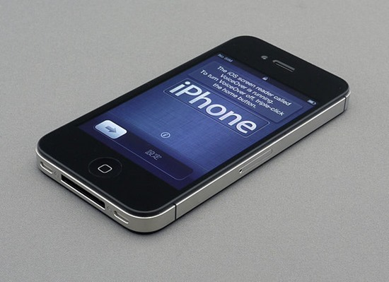 640px-IPhone_4S_unboxing_17-10-11