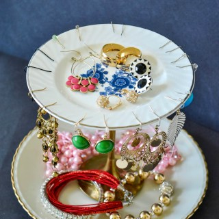diy jewelry stand with plates