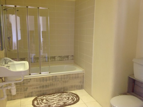 Balebarn eco lodge main bathroom