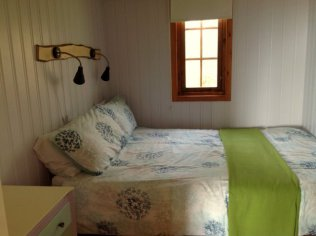 Double bed in Nuthatch eco lodge Wheatland Farm