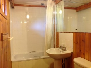 Nuthatch eco lodge bathroom