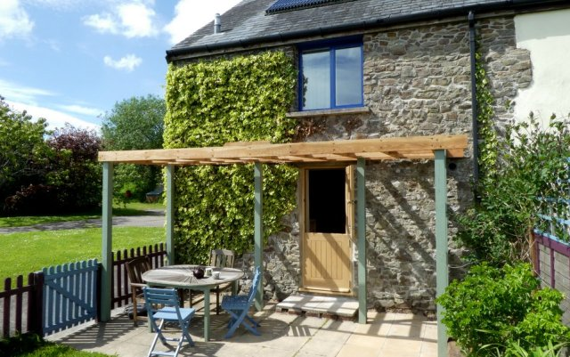 Otter Cottage patio, Wheatland Farm Devon