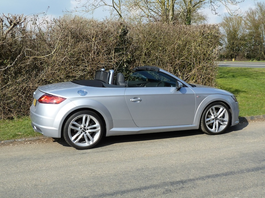 Side view of the Roadster with the hood down is uncompromisingly uncluttered. Note the roll-over protection provided behind the seats. This is the 2.0 TFSI S-line.