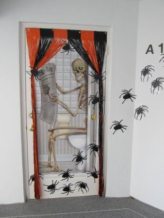 Skeleton on the john - door cover