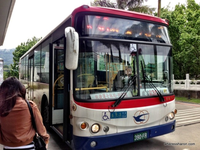 Bus to Shilin station from National Palace Museum