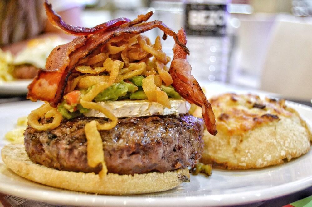 Gancho Y Directo Hamburgueseria. Knockout gourmet burger