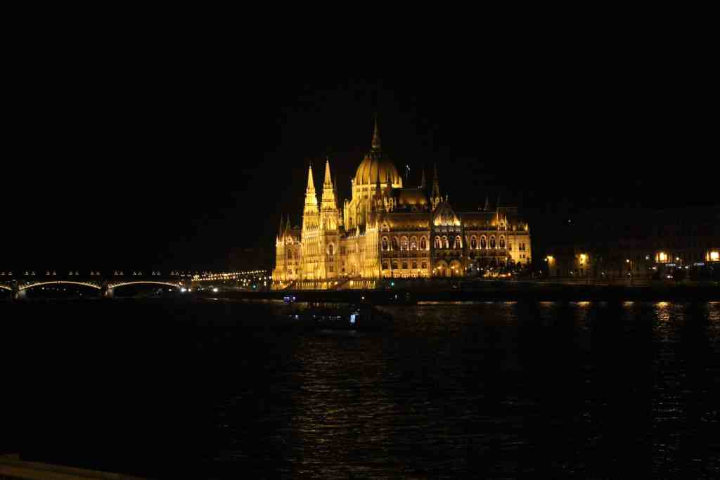 3 days in Budapest - Parliament Building by night