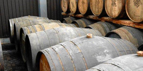 Rum-Fässer bei Chichibu