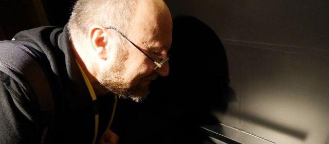 Werner Meyer bei der Geruchsprobe