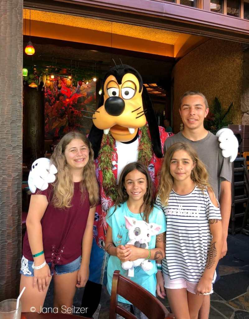 photo with Goofy ay Disney Character Dining experience at Makahiki