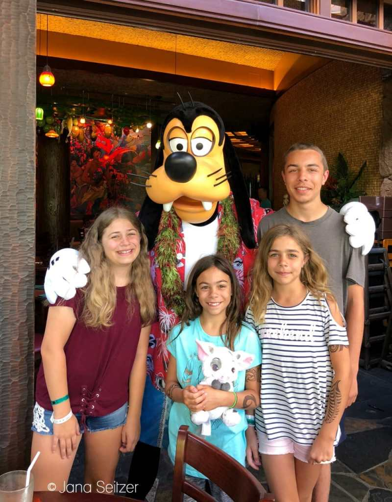 photo with Goofy ay Disney Character Dining experience at Makahiki