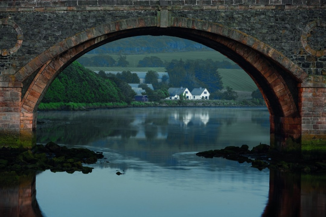 Macduff Distillery onder Banff Bridge