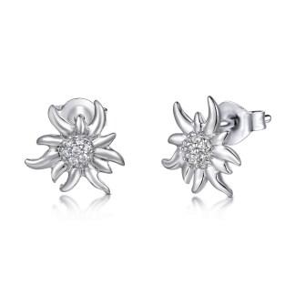 Boucles d'oreilles en argent 925 en forme d'edelweiss avec des zircons transparents by White Alpina. Boucles d'oreilles pour femmes. Ce magnifique bijou est livré dans un écrin White Alpina propose ce produit en argent 925 brillant.