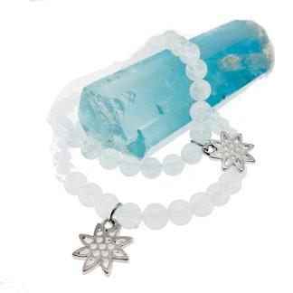 Magnifique Bracelet en Aigue-Marine avec charms en acier. White Alpina vous propose la possibilité de lier d'autres charms en Argent 925.
