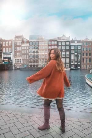 Outfit Inspiration – Bluse mit Scarf Print, Pulloverkleid und Overknees