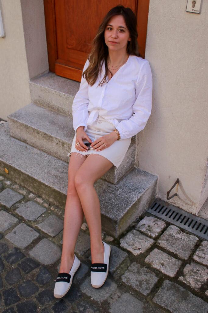 After Work Sommer Outfit - mit Button up Rock, weißem Hemd und MK Espadrilles