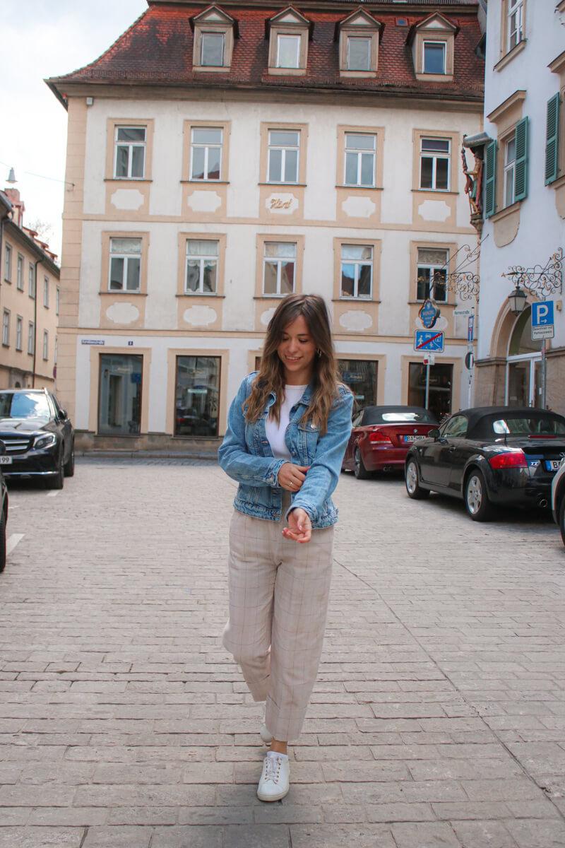 Herbst Outfit Idee - mit beiger Stoffhose, weißem Shirt und Jeansjacke 2
