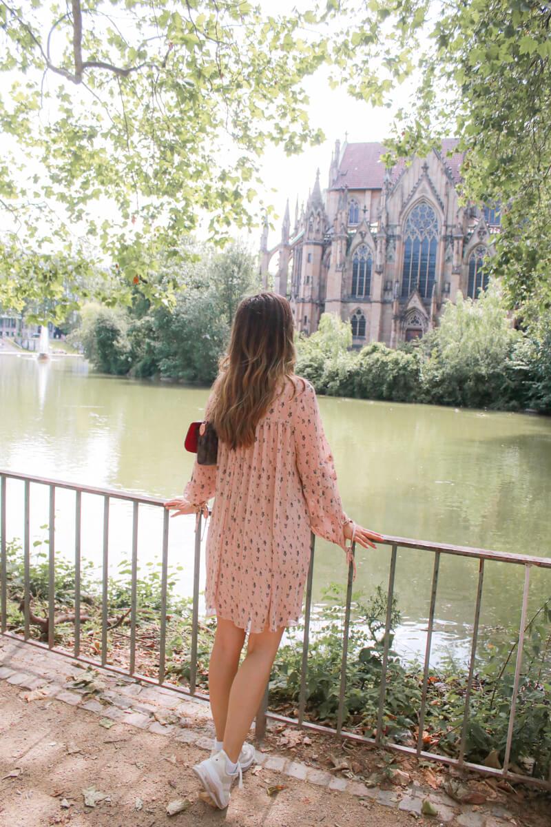 Kleid - Sneaker Kombination für den Herbst 2021