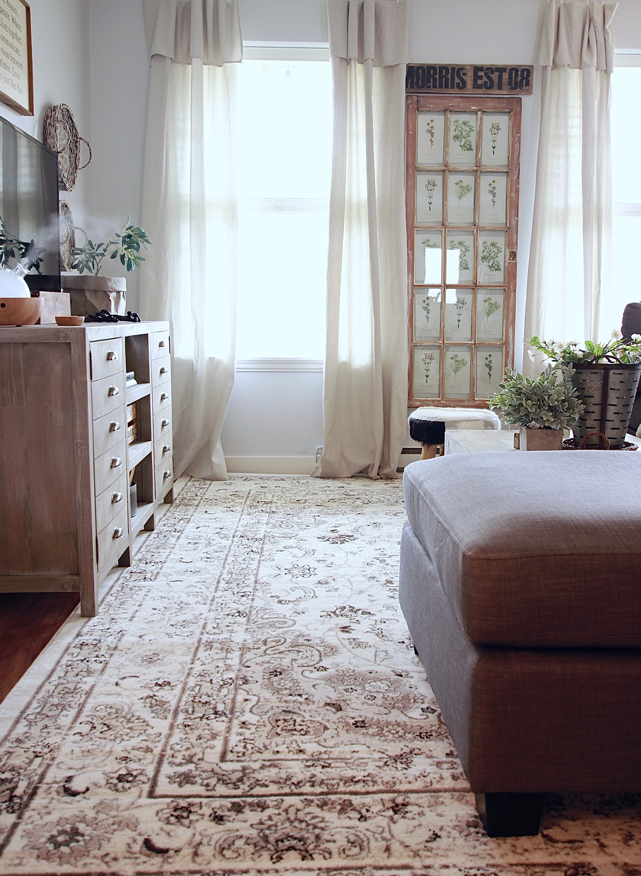 White and Woodsy Living Room. To Purchase This Rug: http://amzn.to/2nwNJXp