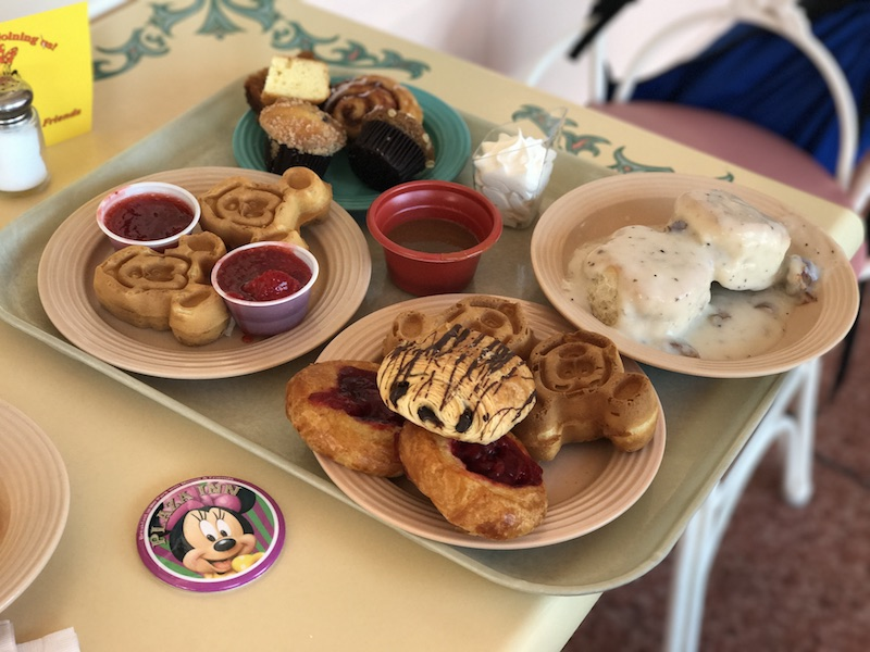 Food in Disneyland can be expensive but it is possible to eat delicious park food while sticking to a budget and this post will show you how! | whitjxoxo.com
