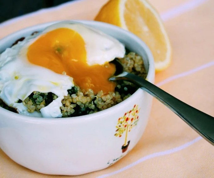 Garlicky quinoa and spinach brunch bowl