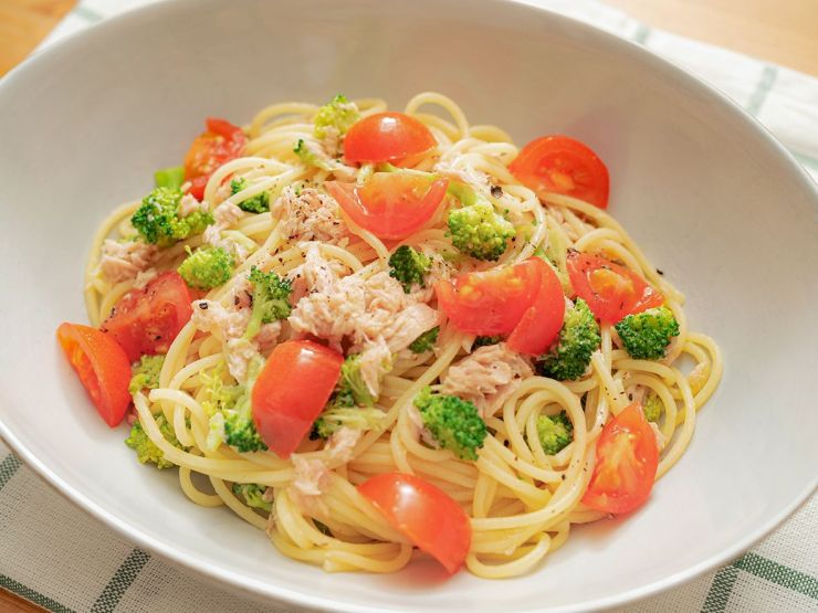 Sauteed noodles with vegetables and canned tuna