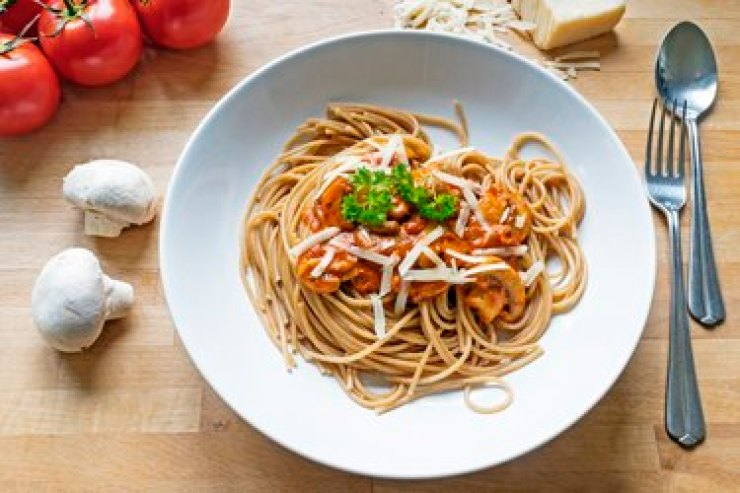 Wholegrain selenium-rich spaghetti with a sauce made from tomatoes, mushrooms and parmesan