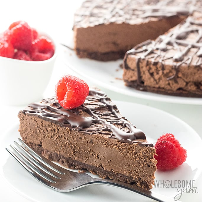 Keto Low Carb No Bake Chocolate Cheesecake Recipe - An easy no bake chocolate cheesecake recipe with 20 minute prep! Keto low carb chocolate cheesecake has just 5 ingredients in the crust & 4 in the filling.