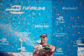 Felix Rosenqvist feierte seinen ersten E-Prix sieg mit der gesamten Fangemeinde vor der Tribüne.